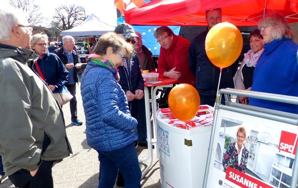 Passanten am Infostan der Wardenburger SPD