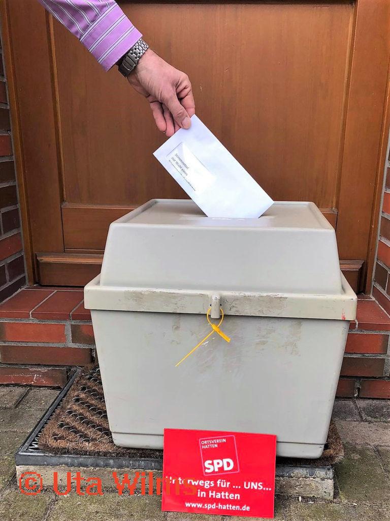 Einsammeln der Stimmzettel an den Haustüren der Hatter Sozialdemokratinnen und Sozialdemokraten, coronakonform kontaktlos.